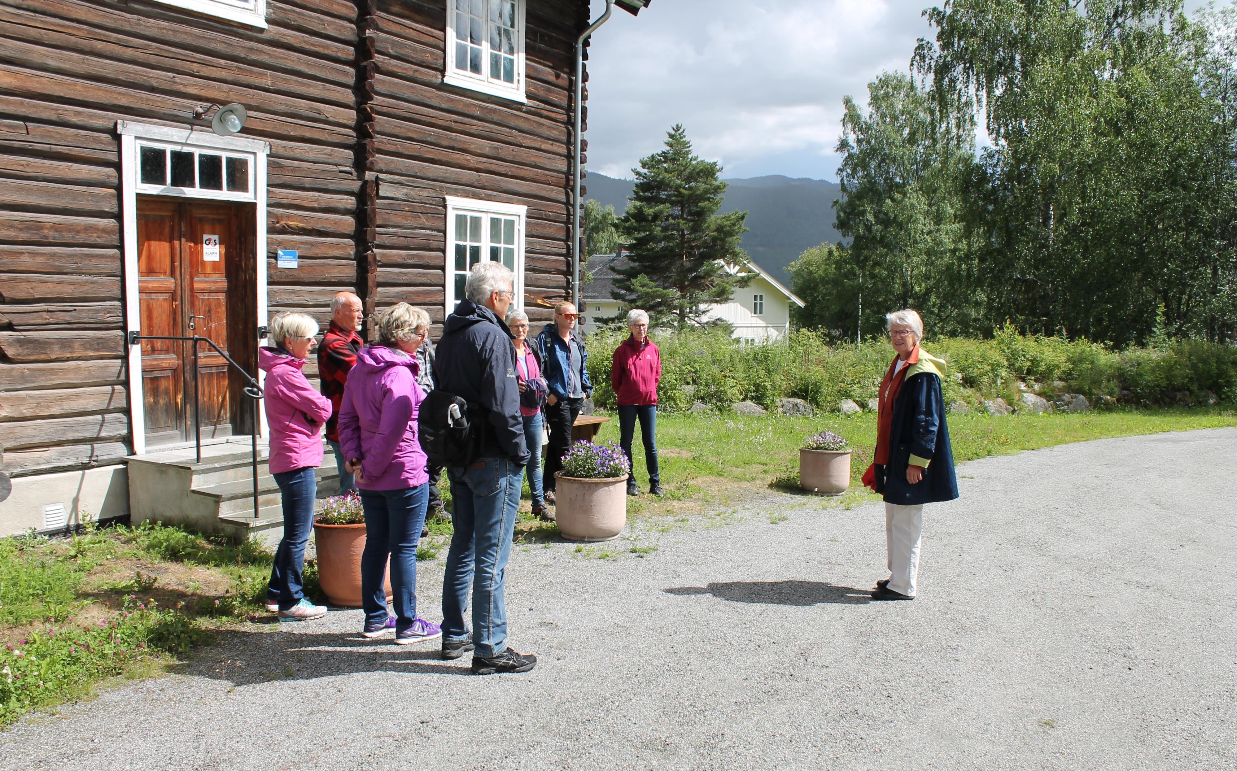 Kunsthistoriker Torill Thømt foran Høvahuset ved museet Foto: Leif Olav Klype