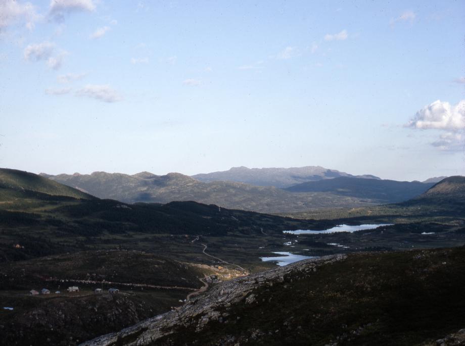"""13. """"når sole ho seg liar i Ålungrukfjell"""". Ålungrukfjell (i dag Ryfjell) er fjellkjeden bak til venstre i bildet. Fjelltoppen Ålungruken er den vesle toppen mot venstre på denne fjellkjeden. Fjellet bakerst i bildet er Gråfjell og med Høgevarde på Norefjell bak til venstre. I forgrunnen Imleseteren. Foto: Svein Lunde Sveinsson Fra Hallingdal Museums fotoarkiv"""