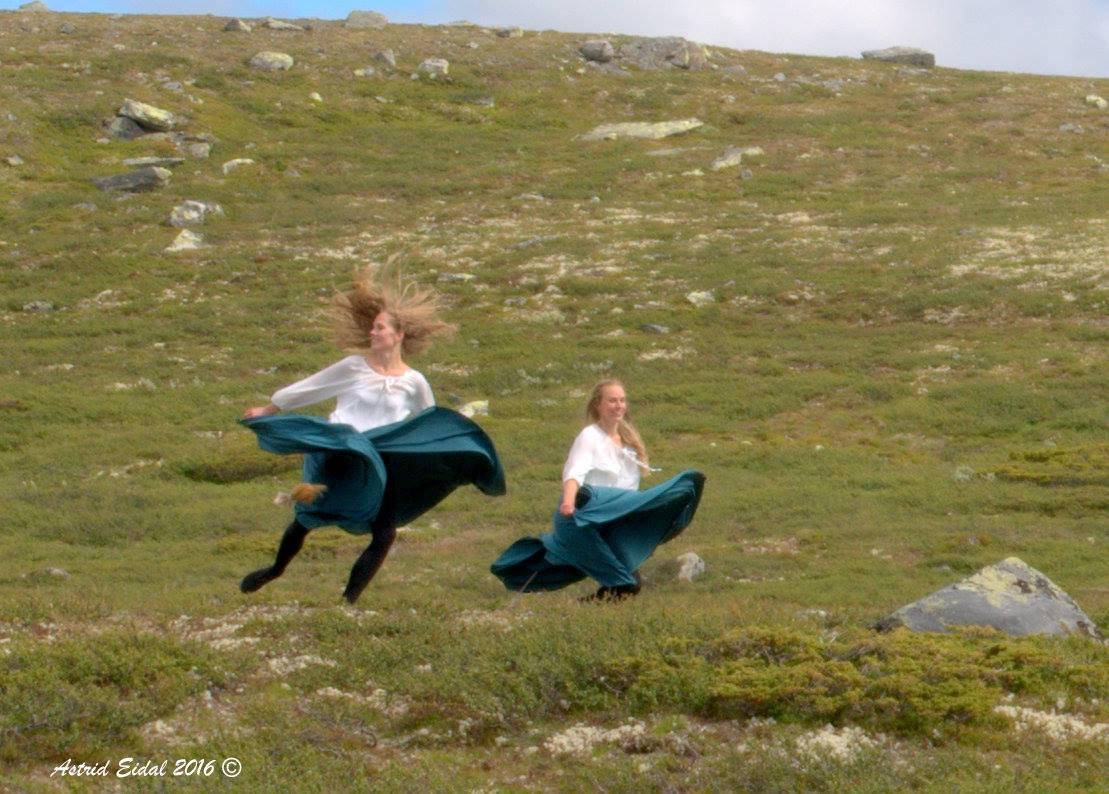 Huldrene Else Margrete t.v. og Heidi Charlotte Sveinsson i aksjon på dansefeten i nordenden av Reinsjøen.