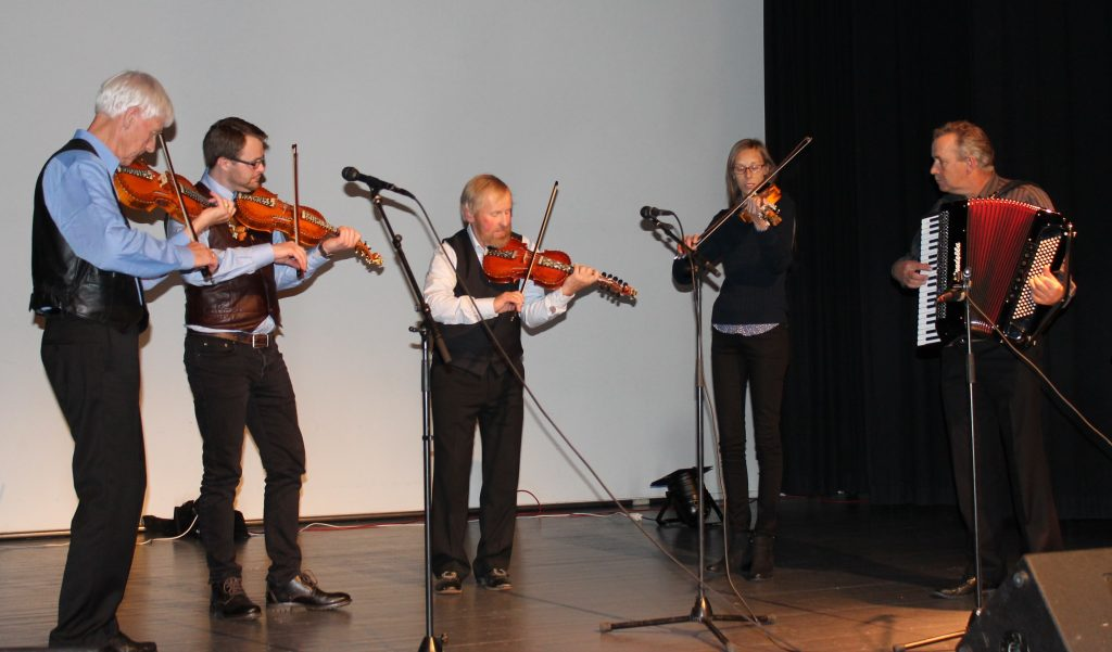 Nes spel- og dansarlag her representert ved Knut Myrann, Johan Holland, Frank Syversrud, Sigrid Østvold og Kjell Eidal.