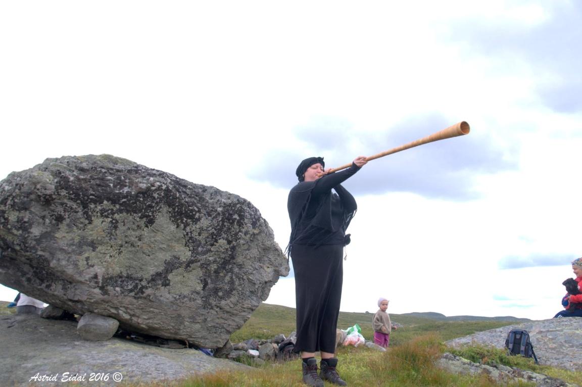 Målfrids lurblåsing fenget både liten og stor og skapte en egen stemning i fjellheimen.
