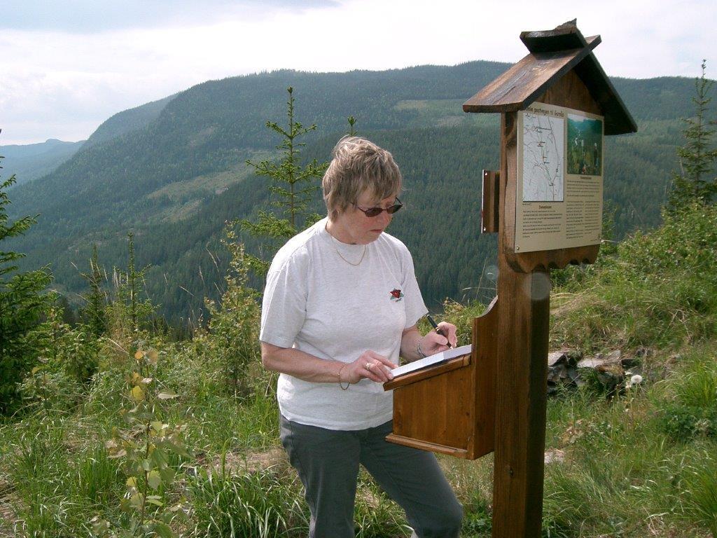 Astrid skriv seg inn i boka ved Kitilstugu 13. juni 2006