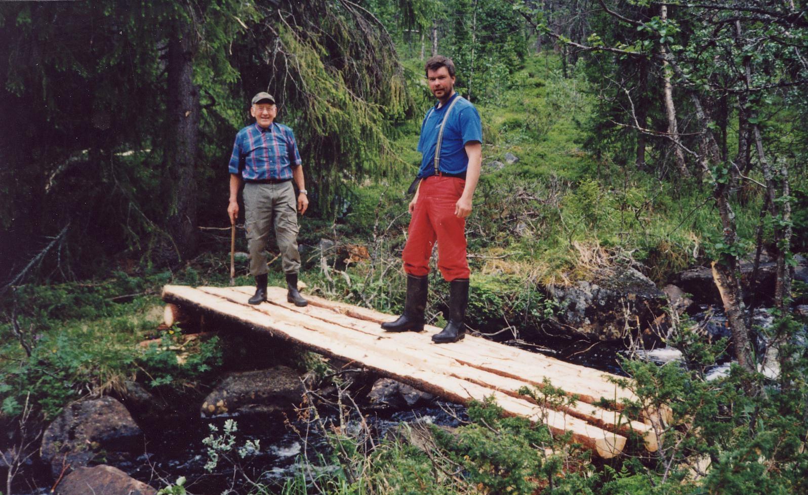 Jørgen Holm og Leif Olav Klype lagar kløpp i Drifteslepa