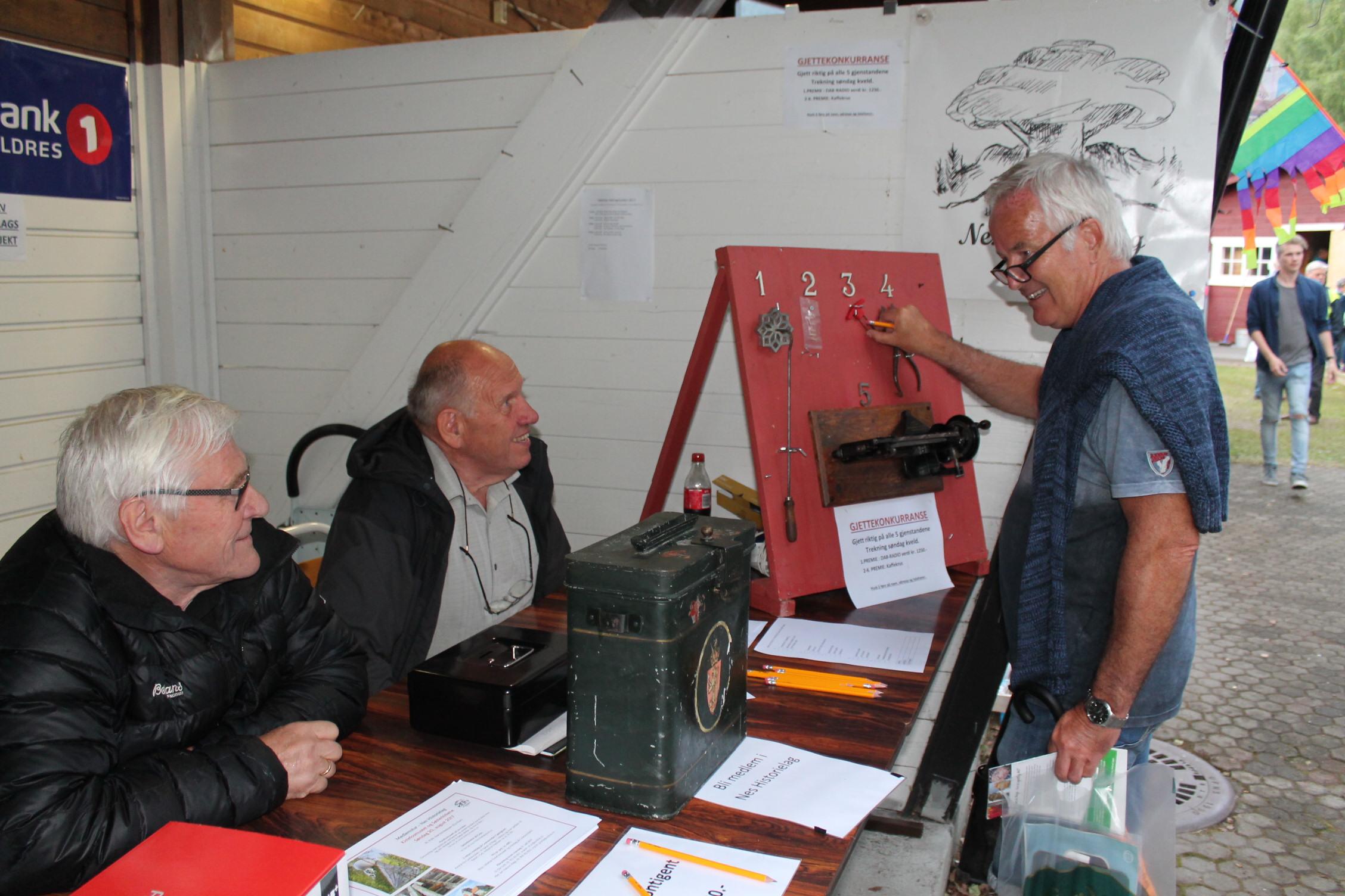 Fv: Ole Solli og Elling buøen i samtale med Ingvar Daae